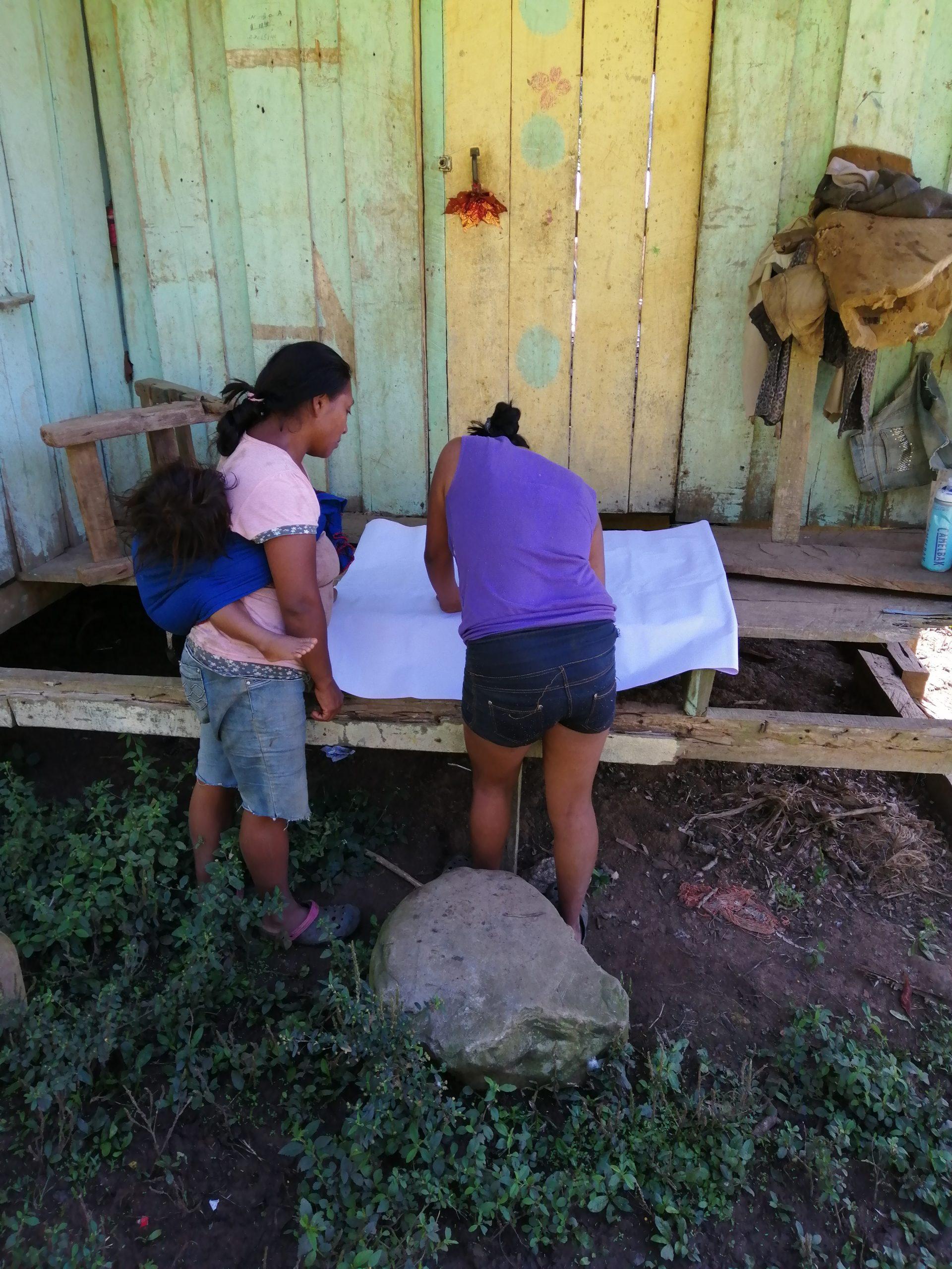 Mujeres Cabécar de Alta Pacuare realizando bocetos de su comunidad para el proyecto Ökama Suei